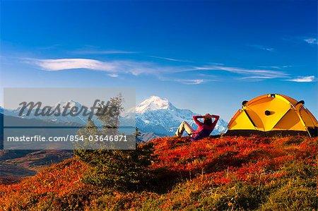 Un couple Découvre Mt.McKinley leur campement dans le centre-sud Peters Hills, parc d'état de Denali, en Alaska, automne/n
