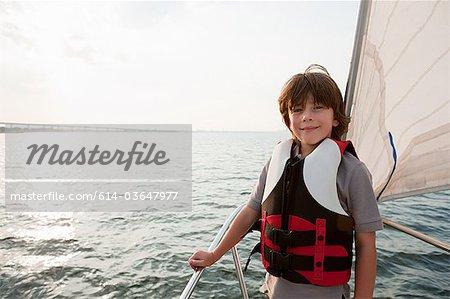 Jeune garçon à bord du yacht