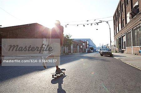 Skateur sur rue en plein soleil