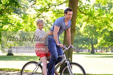 Jeune couple vélo ensemble