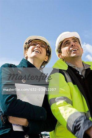 Business-Frau und Bauunternehmer Lächeln, low Angle view