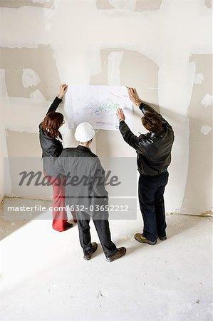 Bauträger diskutieren Blaupause