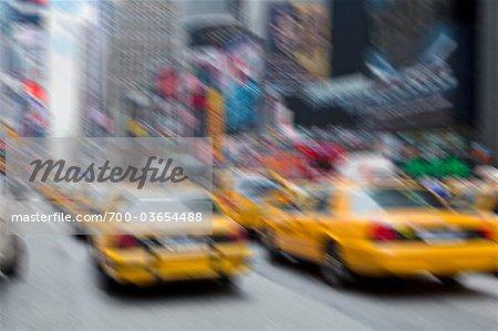 Vue brouillée de taxis jaunes, New York City, New York, États-Unis