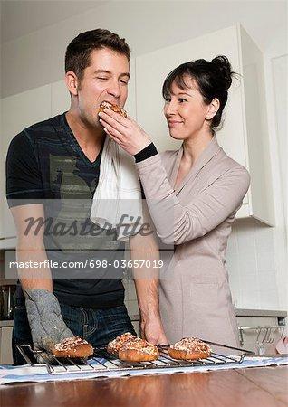 Femme et l'homme dans la cuisine
