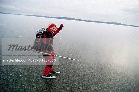 Personne en rouge sur patins à glace