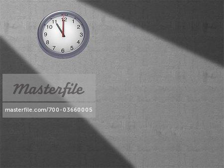 Horloge sur le mur gris