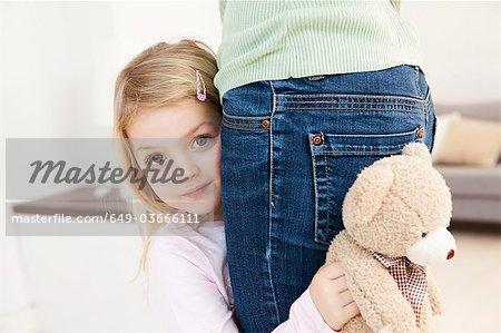fille se cachant derrière la mère