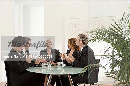 Applaudissements dans une réunion d'affaires