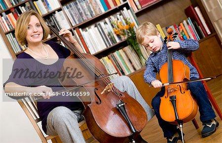 Schwangere Frau und Knabe spielt Cello