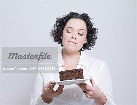 femme regardant plaque de gâteau