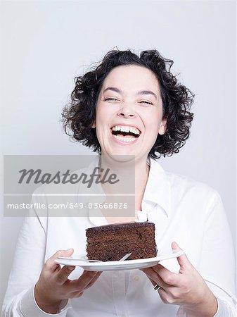 femme tenant une assiette de gâteau