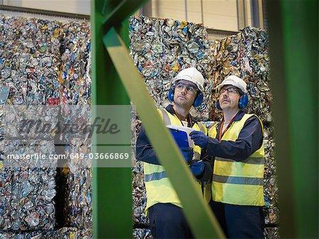 Recycler les travailleurs avec des balles de boîtes de conserve