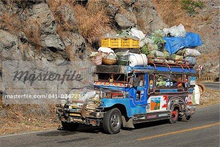 Jeepney lourdement chargé, un bus local typique, sur Kennon Road, Rosario-Baguio, Cordillera, Luzon, Philippines, Asie du sud-est, Asie