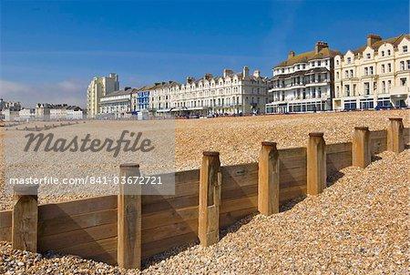 Plage de galets et des épis, Hôtels sur la promenade de front de mer, Eastbourne, East Sussex, Angleterre, Royaume-Uni, Europe
