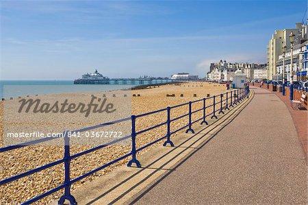 Pebble beach et épis, Hôtels sur la promenade de front de mer, jetée d'Eastbourne dans le lointain, Eastbourne, East Sussex, Angleterre, Royaume-Uni, Europe