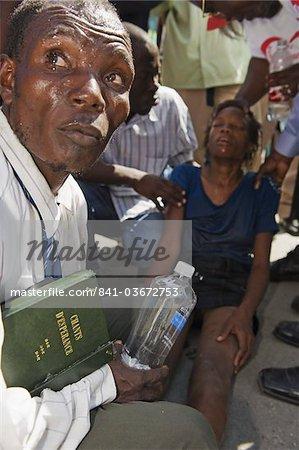 Mädchen wird exorziert Voodoo-Ritual, Memorial Day Feier einen Monat nach dem Erdbeben von Januar 2010 Port au Prince, Haiti, West Indies, Karibik, Mittelamerika