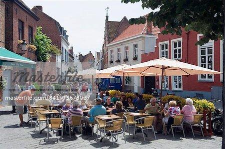 Café en plein air, de la vieille ville, patrimoine mondial de l'UNESCO, Bruges, Flandre, Belgique, Europe