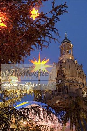 Arbre de Noël décoration étoile et église Frauen au marché de Noël à la nuit tombante, Neumarkt, Innere Altstadt, Dresde, Saxe, Allemagne, Europe