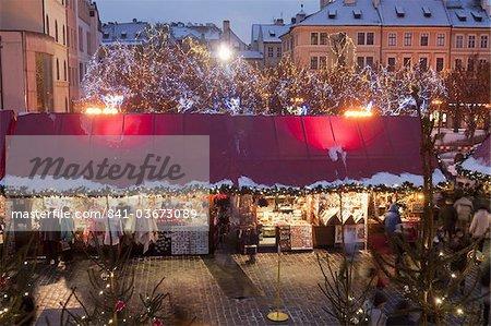 Stands au marché de Noël dans la soirée, place de la vieille ville, Stare Mesto, Prague, République tchèque, Europe