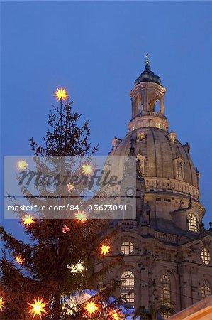 Arbre de Noël et église Frauen au marché de Noël au crépuscule, Neumarkt, Innere Altstadt, Dresde, Saxe, Allemagne, Europe