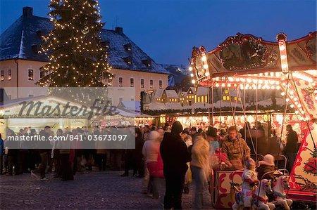 Marché de Noël avec les stands, les gens et les arbres de Noël au crépuscule, place Markt, Annaberg-Bucholz, Saxe, Allemagne, Europe