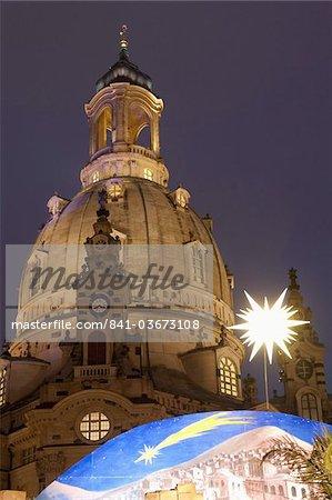 Scène de la Nativité au marché de Noël devant l'église Frauen au crépuscule, Neumarkt, Innere Altstadt, Dresde, Saxe, Allemagne, Europe
