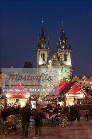 Horse drawn transport au marché de Noël et l'église de Tyn gothique au crépuscule, place de la vieille ville, Stare Mesto, Prague, République tchèque, Europe