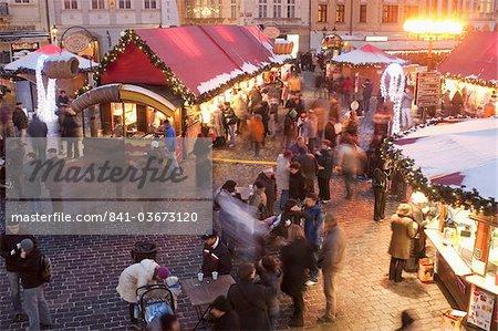 Stands et des personnes au marché de Noël à la tombée de la nuit, place de la vieille ville, Stare Mesto, Prague, République tchèque, Europe