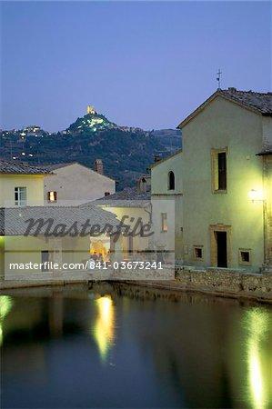 Thermes de Bagno Vignoni, au crépuscule, Val d'Orcia, province de Sienne, Toscane, Italie, Europe