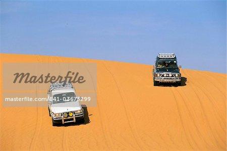 Jeeps sur la dune de sable, Akakus, Sahara desert, Fezzan (Libye), l'Afrique du Nord. Afrique