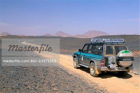 Jeep sur le désert de pierres, Akakus, Sahara desert, Fezzan (Libye), l'Afrique du Nord, Afrique