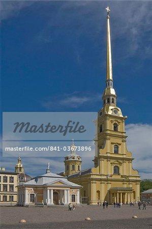 La cathédrale Pierre et Paul sur l'île de la forteresse, la rivière Neva, Saint-Pétersbourg, en Russie, Europe