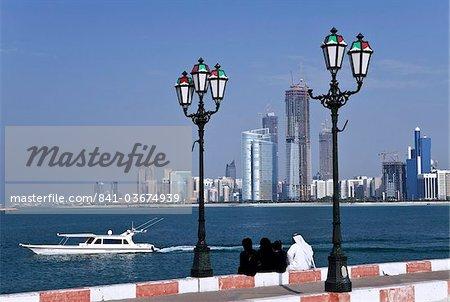 Toits de la ville et la célèbre Corniche à travers le port d'une jetée, Abu Dhabi, Émirats Arabes Unis, Moyen-Orient