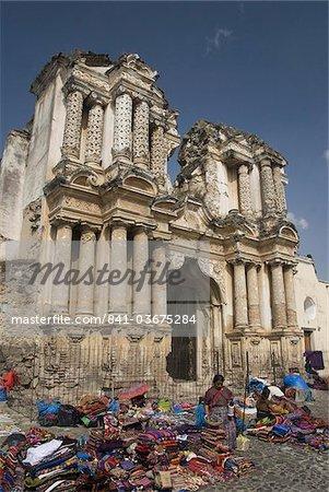 Les ruines de l'Ermitage dEl Carmen et le marché local en premier plan. Antigua, Site du patrimoine mondial de l'UNESCO, le Guatemala, l'Amérique centrale