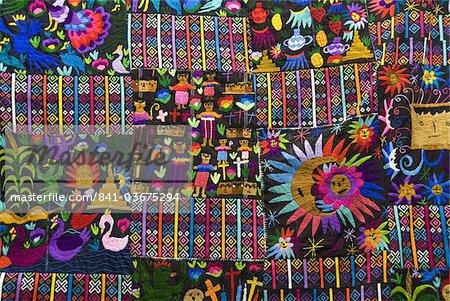 Aux couleurs vives des textiles faits à la main en vente dans le marché, Chichicastenango, au Guatemala, l'Amérique centrale