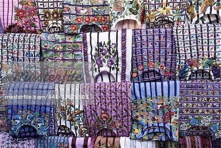 Huipiles traditionnels faits à la main (chemisiers) à vendre dans le marché, Panajachel, lac Atitlan, au Guatemala, l'Amérique centrale