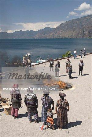 """Autochtones mayas participantes dans la cérémonie sacrée de Kili """"""""ich K'aak (cérémonie sacrée de feu cosmique), lac Atitlan, au Guatemala, l'Amérique centrale"""