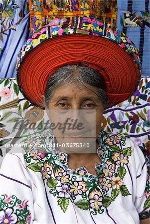 Femme indienne indigène traditionnelle blouse (huipiles), avec un chapeau appelé un xk'ap, Santiago Atitlan, lac Atitlan, au Guatemala, l'Amérique centrale