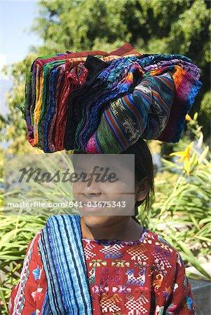 Fillette indigène transportant des textiles en vente sur sa tête, lac Atitlan, au Guatemala, l'Amérique centrale