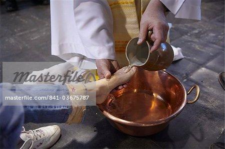 Pieds de lavage rituel au cours de la célébration du Jeudi Saint dans un catholique église, Paris, France, Europe