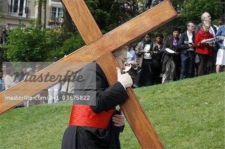 Archevêque de Paris portant une croix sur le vendredi Saint, Paris, France, Europe