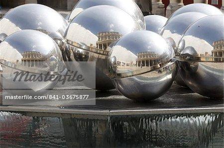 Sculpture fontaine de Pol Bury dans le Palais Royal, Paris, France, Europe
