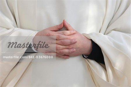 Les mains du prêtre, Paris, France, Europe