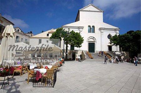 Sur la place principale de Ravello, en face de l'église romaine, Costiera Amalfitana, UNESCO World Heritage Site, Campanie, Italie, Europe
