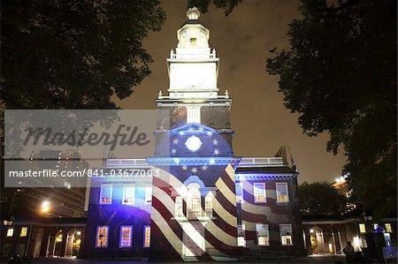 Independence Hall illuminé la nuit avec spectacle son et lumière à Philadelphie, Pennsylvanie, États-Unis d'Amérique, l'Amérique du Nord