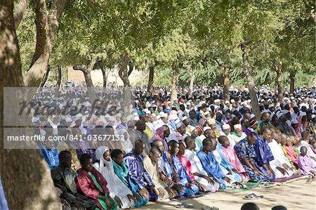 Tabaski, une fête religieuse qui s'est tenue tout au long du Mali lors de centaines d'hommes et de garçons adorent en plein air, Djenné, Mali, Afrique de l'Ouest, Afrique