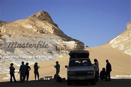 Groupe de voyageurs visitant le désert noir, l'Egypte, l'Afrique du Nord, Afrique