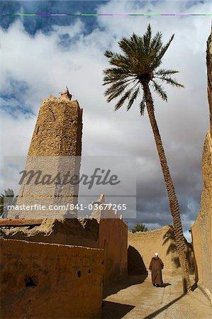Homme marocain, Pierre minaret de Sawmann Al-Hajaria, Figuig, province de Figuig, région de l'Oriental, Maroc, Afrique du Nord, Afrique