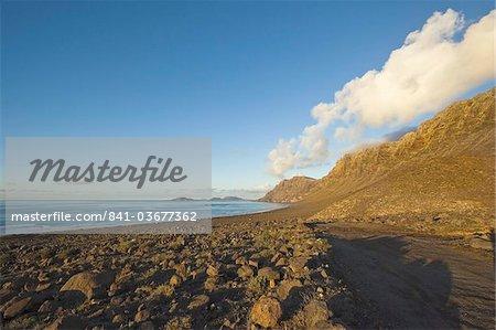 M 600 spectaculaires falaises volcaniques du Risco de Famara et Graciosa Island à l'extrémité nord des plus belles plages de Lanzarote à Famara, Lanzarote, îles Canaries, Espagne, océan Atlantique, l'Europe