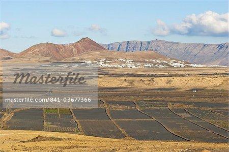 Découvre à travers champs de cendre volcanique noir à la ville de Soo et la gamme Risco de Famara avec le point culminant de l'île à la station de radar de Penas del Cache, Soo, Lanzarote, îles Canaries, Espagne, océan Atlantique, l'Europe